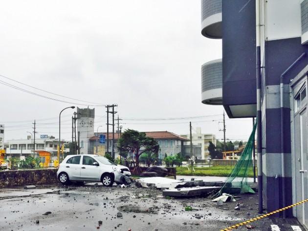 石垣島でホテルの外壁がレンタカーを直撃
