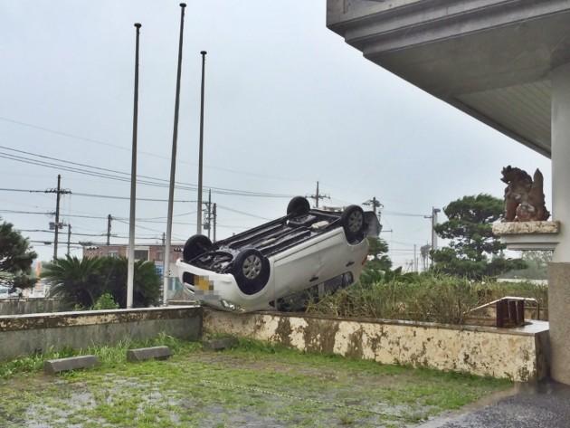 台風で車がひっくり返る
